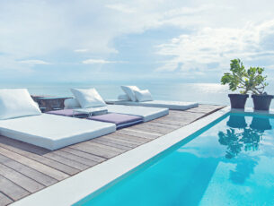 The,Edge,Luxury,Swimming,Pool,With,White,Fashion,Deckchairs,On